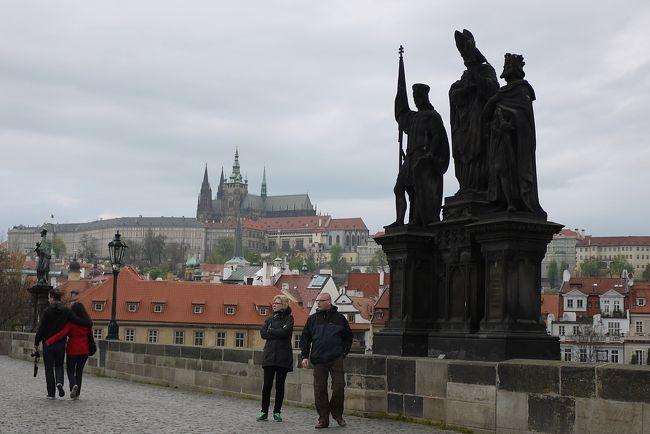 プラハとブダペストに行く事にしたものの、どちらも川を挟んで中心地の反対側西岸にお城があり、ハプスブルグ帝国の勢力下にあった国。 同じような街を2つ選んでしまった?<br /><br />少しガイドブックを読んでみると、<br />ブダペストの街並みは19世紀末に造られ、お城の中は新しい博物館や美術館。<br />一方プラハは、1356年に神聖ローマ皇帝に選ばれたカール4世が帝都にふさわしい街を造り、お城の内部も古く、ミュシャの作品やアールヌーボーの建物もあるらしい。いつの時代も周辺の大国の侵略に脅かされていたにもかかわらず、戦禍に合わずに中世の街並みが残っているらしい。<br /><br />2つの街の時代背景は、500年以上違うようです。 (^^) ウンウン、面白くなってきた。<br />当初はドナウの川辺に黄金に輝く ブダペストに魅かれていたのですが、最終的には<br />プラハ5泊(含チェスキー・クルムロフ1泊)→夜行寝台→ブダペスト3泊 にしました。