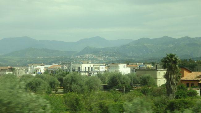 途中のサービスエリアで休憩しながらメッシーナへ向かいました。<br /><br />写真は、途中の車窓風景です。