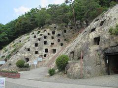 古墳時代の遺跡・吉見百穴 岩山にあいた横穴墓と地下軍需工場跡