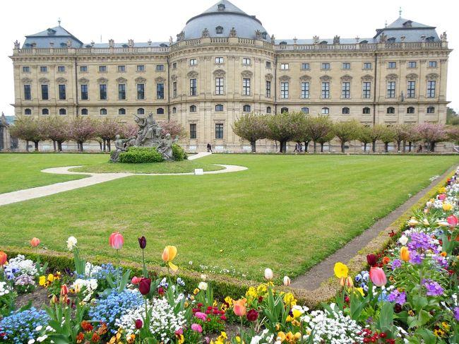 今回の私たちのツアーは9日間。ぎゅっと詰まった観光で、有名な観光地だけでなく、バンベルクとかポツダムとかワイマールとか、初めてのドイツではあまり行かないような都市もスケジュールに入っていました。ライン川下り、ノイシュヴァンシュタイン城、ハイデルベルク、ローテンブルクなど私が行きたかった所はすべて前半に集まっていたため、4日めまででもう十分ドイツを堪能した気分になっていました。<br /><br />私にとって後半はおまけみたいなもの。前半がとても良かったので、後半、尻つぼみになってせっかくの良い印象が壊れるのが怖く、「そんな所まで行かなくてもいいのにな~」なんて、後で考えるともったいないことを思っていました。<br /><br />旅行を終えた今、そんな考えは撤回します。後半も見ごたえのある観光が続き、私が知らなかったドイツの新たな魅力を発見しました。<br /><br />それでは5日目の様子です。<br />この日はローテンブルクを後にして、ヴュルツブルクの大司教の宮殿「レジデンツ」と中世の街並みが現存するバンベルクの旧市街を訪れました。<br /><br /><br />~*~*~*~*~*~*~*~*~*~*~*~*~*~~*~*~*~<br /><br />【今回の旅行スケジュール】★印が今回の旅行記で取り上げた場所<br /><br />4/27(月) 14:05羽田発LH717便 18:50フランクフルト着<br />          <フランクフルト泊><br /><br />4/28(火) リューデスハイムのつぐみ横丁散策とワインテイスティング<br />      ライン川ランチクルーズ<br />      ブリュール アウグストゥスブルク宮殿<br />      ケルン ケルン大聖堂と旧市街観光 <br />      <フランクフルト連泊><br /><br />4/29(水) ハイデルベルク観光<br />      ホーエンツォレルン城  <br />      <ガルミッシュパルテンキルヘン泊><br /><br /><br />4/30(木) ノイシュヴァンシュタイン城<br />      ヴィース巡礼教会<br />      ディンケルスビュール散策 <br />           <ローテンブルク泊><br /><br />5/1(金)  ローテンブルク観光<br />     ★ヴュルツブルク レジデンツ宮殿<br />     ★バンベルク旧市街観光 <br />       <ドレスデン泊><br /><br />5/2(土)  ドレスデン観光<br />       ベルリン 新博物館、ブランデンブルク門、ポツダム広場  <br />      <ベルリン泊><br /><br />5/3(日)  ポツダム ツェツィリエンホーフ宮殿、サンスーシ宮殿<br />      ワイマール観光                                <ワイマール泊><br /><br />5/4(月)  アイゼナハ ヴァルトブルク城<br />       18:05フランクフルト発LH716便で帰国へ<br /><br />5/5(火)  12:15 羽田着