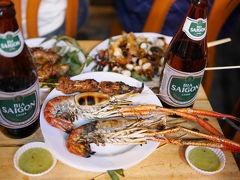 Bui Vien通りでちょっと贅沢。巨大手長エビ、山羊のおっぱい肉、タコのBBQ。そしてBia Saigon(サイゴンビール)。