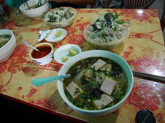 Ninh Binhのローカル市場の近くのローカル フォー屋さんで豆腐フォーを堪能。そして、面白いサービス。