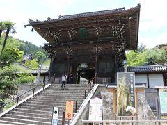 御本尊十一面観音の足に直接触れて願い事ができる特別拝観中の長谷寺参拝
