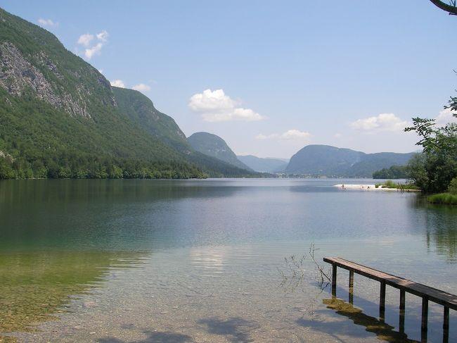 ブレッド湖、ボーヒン湖はユリアン・アルプスの山懐に佇む美しい湖。<br />ブレッド湖はいささか観光地化されてしまった感がありますが、ボーヒン湖は英文豪アガサ・クリスティーを「ここは私の小説の舞台にはなりません。あまりにも美しすぎる・・・・」言わしめた風光明媚な土地。<br />ちょうど5年前、4Traさんに初投稿したのもここブレッド湖・ボーヒン湖の旅行記でした。<br />5年後・・・あの時、まだよちよち歩いていた小怪獣は小学生になりました。毎日6km以上の道のりを歩かせても、抱っこもおんぶもなしです。<br />一つ一つの旅の思い出の中に子供たちの成長を感じます。(そして、私はしみ、白髪、しわ・・・のS3重苦)