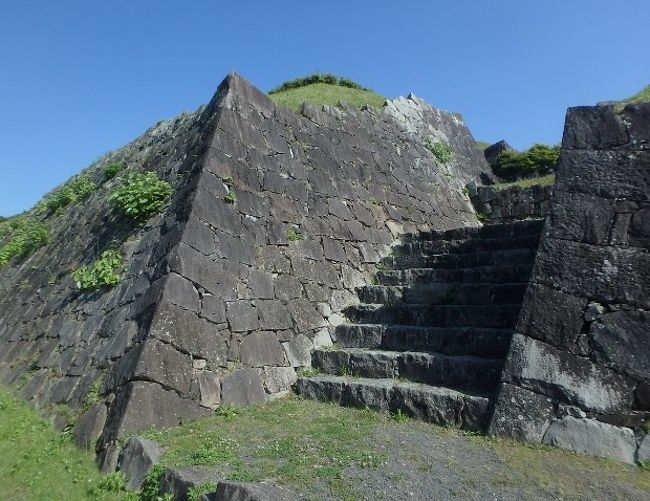 「お城」と聞けば、多くの方は、江戸時代の大名様の居城をイメージされることと思います。ですが実際のところ、城跡とされるのは、日本全国におおよそ二万五千存在するのだとか。その多くは、隣接する敵勢力との境界線近くに築かれた砦であり、要塞であったのではないでしょうか。<br /><br /> ここ葦北郡は、戦国時代期においては、海への出口として確保しておきたい、球磨地方の豪族・相良氏と、版図拡大のため北進をもくろむ薩摩・島津氏との間で、激しい争奪戦が繰り広げられた土地です。ここ佐敷城も、いくたびも支配者が移り変わった・・・・<br /><br />                     と思っていたのですが。<br /><br /> 現在の佐敷城跡とされる場所は、戦国時代末期、加藤清正によって築かれたものであるとのこと。城として存続したのは、わずか30年足らずであったにもかかわらず、二度も戦いの舞台となったとのこと。<br /> まさしく、戦国時代における「要塞」。守る側、攻める側それぞれの武将となった気分で、いざ!登城。