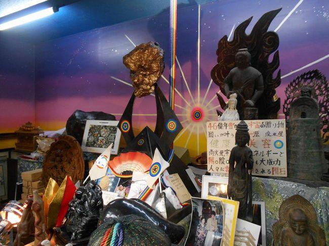 "「B級でマイナー」というと失礼かもしれませんが、<br /><br />あまり一般的にメジャーではない観光地も全国にはたくさんあります。<br /><br />今回は、東京都新宿区四谷にある「宇宙村」をご紹介します。<br /><br />東京での仕事のついでに立ち寄ってみました。<br /><br /><br />★「B級でマイナーな観光地」シリーズ<br /><br />荒川ロックゲート(東京)<br />http://4travel.jp/travelogue/10438358<br />鮮魚列車&日本一短い商店街(大阪)<br />http://4travel.jp/travelogue/10420078<br />鹿嶋まつり&鹿島臨海鉄道鹿島臨港線(茨城)<br />http://4travel.jp/travelogue/10623562<br />鳴海球場跡(愛知)<br />http://4travel.jp/travelogue/10416547<br />西寺跡(京都)<br />http://4travel.jp/travelogue/10467065<br />「戸(へ)」のつく街めぐり(青森&岩手)<br />https://ssl.4travel.jp/tcs/t/editalbum/<br />関西電力黒部専用鉄道""上部軌道""(富山)<br />http://4travel.jp/travelogue/10535489<br />嘉穂劇場(福岡)<br />http://4travel.jp/travelogue/10536327<br />遊楽部川の鮭の遡上(北海道)<br />http://4travel.jp/travelogue/10555940<br />石見神社&白鳥城(兵庫)<br />http://4travel.jp/travelogue/10421611<br />西武秩父線のローカル駅(埼玉)<br />http://4travel.jp/travelogue/10441164<br />深谷駅&さきたま古墳&あついぞ!熊谷(埼玉)<br />http://4travel.jp/travelogue/10439881<br />内之浦&宮之城&藺牟田池(鹿児島)<br />http://4travel.jp/travelogue/10470926<br />京都一条妖怪ストリート(京都)<br />http://4travel.jp/travelogue/10565267<br />町田リス園(東京)<br />http://4travel.jp/travelogue/10416970<br />靭(うつぼ)公園(大阪)<br />http://4travel.jp/travelogue/10420097<br />士幌線廃線跡(北海道)<br />http://4travel.jp/traveler/satorumo/album/10440854/<br />氷のトンネル(北海道)<br />http://4travel.jp/travelogue/10606410<br />日本最北のマクドナルド&地吹雪の抜海駅(北海道)<br />http://4travel.jp/travelogue/10431780<br />""ののちゃん""と""タブチくん""のふるさと・玉野(岡山)<br />http://4travel.jp/travelogue/10563273<br />立山砂防軌道&立山カルデラ(富山)<br />http://4travel.jp/travelogue/10533323<br />日本一の長寿村&塩川&喜屋武岬(沖縄)<br />http://4travel.jp/travelogue/10470372<br />伊勢崎西部公園(群馬)<br />http://4travel.jp/traveler/satorumo/album/10723218<br />長浜大橋(愛媛)<br />http://4travel.jp/travelogue/10450812<br />くりはら田園鉄道乗車会(宮城)<br />http://4travel.jp/travelogue/10620825<br />塩田津&八本木宿&浜金屋&筑後川昇開橋(佐賀)<br />http://4travel.jp/travelogue/10468519<br />モエレ沼公園&宮島沼&777段ズリ山階段(北海道)<br />http://4travel.jp/travelogue/10462083<br />河童の里(福岡)<br />http://4travel.jp/travel"