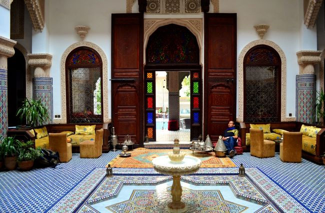 一人旅の際は基本「屋根があればどこでもいい」と考えているのですが、せっかくモロッコに来たのだからリアド建築のホテルに泊まりたい欲が出てきました。外国人の方が来日した際に温泉旅館に泊まってみたいと思うのと同じ感覚ではないでしょうか。やはりその国の雰囲気を模した宿に泊まりたいですね。<br /><br />ほとんど安宿専門の私にしては一泊15000円程する高級ホテルに泊まる事は稀。価格だけではなくインテリアも一流なホテルだったので一日一旅行記から敬意を表して一回分割いて旅行記を書いてみました。