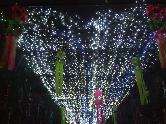 7月5日に天王寺に遊びに行きました。天王寺界隈も「あべのハルカス」ができたりして少々モダンになったような感がありますが、やはり難波情緒の原点が味わえるのがこの町の変わらぬ姿だと思います。まずは難波観光の定番「ザ・通天閣!」大阪のエネルギッシュなパワーと古きよき時代のノスタルジアが織りなすこの独特の世界観。いつ来ても何度来ても楽しめるスポットです。続いて七夕のころに開催される四天王寺の七夕の夕べに向かいました。笹トンネルをくぐって会場の中にはいるともう結構な人でにぎわっています。日もだんだん暮れてきて会場にひとつふたつ明かりが付き出して七夕の夕べがその色を深めて行きます。何故か東洋的なレクィエムの香りをかもし出しながら陽炎のような灯火に万感の想いを込めて来し方を振り返り行く末を考えてみるのも良いでしょう。今年も夏の天王寺は御奨めです。