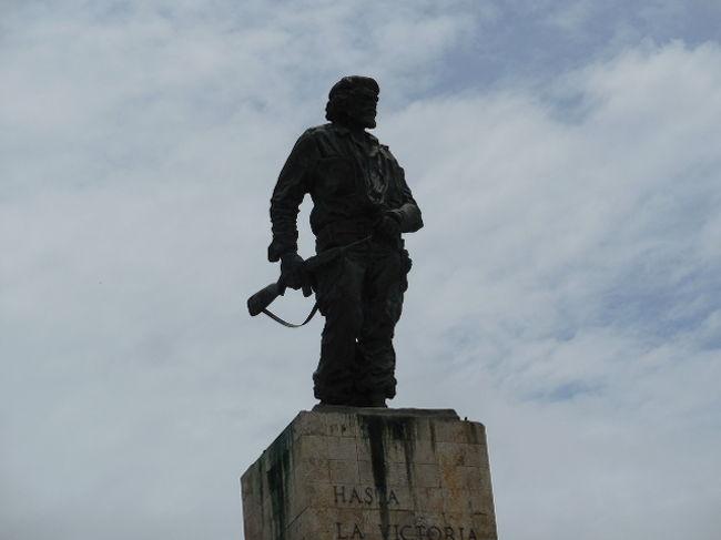 キューバの首都から280?西に離れたサンタ・クララにタクシーをチャーターして日帰り旅行をしました。サンタ・クララの街は、この地でゲバラが率いる革命軍が政府軍を攻撃し、ここでの政府軍に対する勝利で当時の政府が動揺、その直後の大統領亡命に至り、キューバ革命の決定打となった街です。<br />そしてボリビアで政府軍に捕まり処刑されたゲバラの遺体を持ち帰り、この地に霊廟を造り仲間たちと祀られている場所でもあります。<br />現地ガイドさんにタクシーでチャーターしたらいくらですかと尋ねると、電話で確認してくれて「2人」で330兌換ペソ(4万円)との返答で行くことを決定。日本国内のJTBのパンフレットには1人5万円と書かれていましたから大喜びです。でも・・・いろいろ事件が起きました。