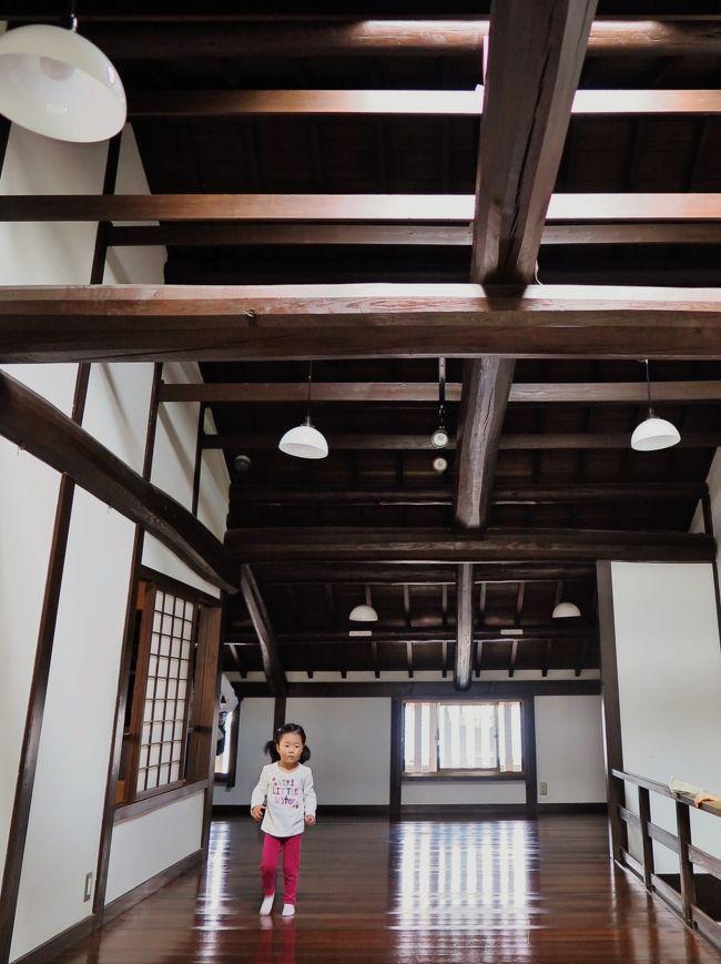 奈良市ならまち格子の家 <br />ならまちの伝統的な町家を再現しています。昔の奈良の町家の生活様式に直接ふれていただき、町民の暮らしぶりをうかがえる施設として、また、憩いの場としても利用していただけます。また、格子の持つ役割も理解出来ます。<br />住所〒630-8332 奈良市元興寺町44<br />(http://narashikanko.or.jp/spot/index.php?m=d&amp;id=79 より引用)<br />http://www.naramachiinfo.jp/places/detail_29.html<br /><br />ならまち(奈良町)は、奈良県奈良市の中心市街地南部に位置する、歴史的町並みが残る地域の通称(「奈良町」という行政地名はない)。狭い街路に、江戸時代以降の町屋が数多く建ち並ぶ。ほぼ全域が元興寺の旧境内にあたる。周辺を含む49.3ヘクタールが奈良市により奈良町都市景観形成地区に指定されている。<br /><br />第二次世界大戦の大規模空襲を免れ、街路と建築が残った。戦後は奈良市旧市街地として栄えた。現在は、町屋の原型を保ちつつ現代風に改装された飲食店や雑貨店、公共文化施設、社寺が町内各地に点在することから、奈良の新たな観光スポットとして注目を集め、細かく入り組んだ路地を歩きながら歴史的風情を楽しむ観光客で賑わっている。<br />(フリー百科事典『ウィキペディア(Wikipedia)』より引用)<br /><br />ならまち については・・<br />http://www.naramachiinfo.jp/<br />http://narashikanko.or.jp/naramachi/<br />http://homepage2.nifty.com/bu-ra-ri/naramati.htm<br /><br />「江戸川」は、」築140年、明治初期建築の呉服商家建物。江戸川の国産鰻、大和の地野菜、奈良の地鶏、旬にこだわったオリジナルメニューを多数取り揃えております。<br />建物は糸屋格子造りで店内からは日本庭園も見え国内はもちろん海外からの観光のお客様にも、きっと喜こんでいただけるはずです。<br />(http://r.gnavi.co.jp/k471700/ より引用)<br /><br />「江戸川」 については・・<br />http://www.shimomikado.com/shop/26.html