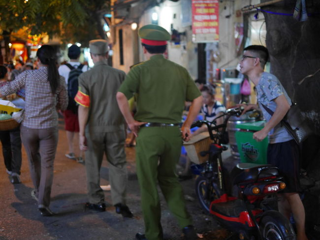 ホアンキエム湖近くの青空居酒屋さん通り。<br /><br />以前は見たことないが、今回は、警察の取り締まりが厳しかった。<br />徒歩だけでやってきたり、軽トラ街宣車を引き連れてきたりします。<br /><br />ベトナム語で、警察は、cong an = コンアン。<br />中国語と同じ。公安です。<br />
