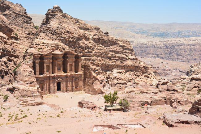 今年のバースデートリップは初の中東(西アジア)!<br /><br />ほんとは去年のリベンジで中央アジアをまわろうかなーと思ってたんだけど、長い休みが取れなかったので、今回は10日間でヨルダンのアンマンからエジプトのカイロまでのルートを旅してきました。<br /><br /><br />ペトラはずっと前から行きたかった遺跡で、敷地がハンパなくデカかった!<br /><br />今まで行った遺跡の中でベスト3に入るぐらい気に入りました。<br /><br /><br /><br />日程<br />6/9  成田→(機内泊)<br />6/10 アブダビ→アンマン→死海→ぺトラ(ペトラ泊)<br />6/11 ぺトラ遺跡(ペトラ泊)<br />6/12 ぺトラ→アカバ(港で野宿)<br />6/13 アカバ→ヌエバ→ダハブ(ダハブ泊)<br />6/14 ダハブ(ダハブ泊)<br />6/15 ダハブ→カイロ→ギザ(ギザ泊)<br />6/16 ピラミッド(ギザ泊)<br />6/17 ギザ→カイロ→アブダビ→(機内泊)<br />6/18 →成田<br /><br /><br /><br />ちなみに過去のBDTは<br />2014 キルギス・カザフスタン<br />http://4travel.jp/travelogue/10899697<br />2013 小笠原&八重山<br />http://4travel.jp/travelogue/10787137<br />2012 中国・カシュガル⇔パキスタン・フンザ<br />http://4travel.jp/travelogue/10685500<br />2011 アイランドホッピングinミクロネシア<br />http://4travel.jp/travelogue/10576388<br />2010 インド・バラナシ→ネパール・ポカラ<br />http://4travel.jp/travelogue/10472402