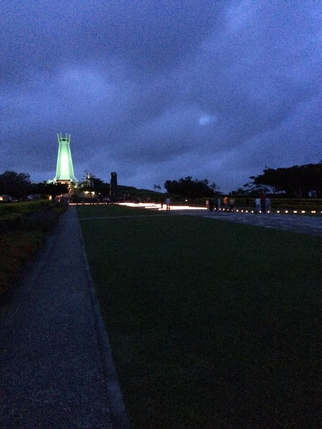 はじめての沖縄の一番長い日を辿る旅~戦後70年沖縄全戦没者追悼式と慰霊の日:平成27(2015)年6月23日火曜日~<br /><br />戦後70年の節目の年、沖縄県糸満市の沖縄平和祈念公園を訪れています。長々と文書を書くことができませんので、写真と現地の情報をお知らせします。<br /><br />沖縄平和祈念公園の駐車場には、一般車は入れません。空港側の手前、沖縄晴明の丘公園に駐車しないといけません。そこから無料シャトルバスに乗り換えます。しかし、大変道が混み合っているため時間がかかります。余裕を持って行って下さい。<br /><br />もしリアルタイムに見て頂いていましたら、正午より1分間の黙祷をお願い致します。<br /><br />ギャラリーの関心は、安倍さん、ケネディさん、翁長さんというところでしょうか?<br /><br />そして0:59、式典は終了しました。<br /><br />平和の礎で祖父を探し、手を合わせた後平和の灯を写真に収めて戻ったところ、なんとバスが30分待ち。そして乗ったと思うと、僅か5分で晴明の丘公園へと到着しました。そんな近道もあるんですね。<br /><br />これにて本日の沖縄戦没者慰霊式典の速報は終了します。<br /><br />【追記】<br />翌日の朝日新聞第一面にてすっぱ抜かれた〝心ないヤジ〟で慰霊祭が台無しの記事、当日会場にいてその一部始終を知る者としては、〝今なにを言っているのか〟すらわからない愚かな方達に言っても〝理解〟すらできないなら言っても仕方がありません。しかし身内を戦争で失われた戦没者遺族にとっては一年中で最も〝特別な1日〟であり、かつ遺族の高齢化が進む中〝来年はないかも知れない〟と思っている方々も多くおられる方々にしたことが〝あれ〟ですか?なにがやりたかったのでしょうか?ホント頭悪いですね~KYである以上に・・・。<br /><br />あと入口付近でノーモア辺野古移設をバスに向かって叫んでいたみたいですが、なぜ今日なのでしょうか?今日は〝駆け引き〟をする場所でも時でもないのでは?渋滞で皆さんイライラしている上に、その渋滞を作ってシュプレヒコールを上げていたとも取れる発言が飛び交っていましたよ、バスの中で。ヤジ騒動も含めて同一視されていることをあえてお伝えしておきます。