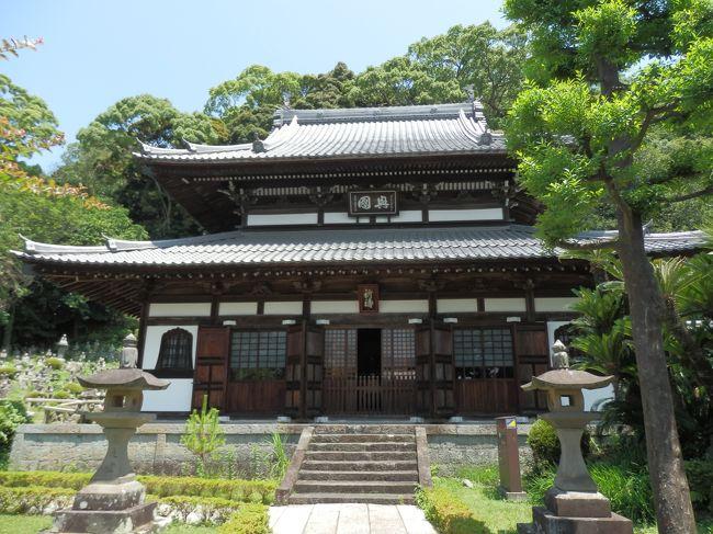 清見寺は、「臨済宗妙心寺派」に属し、本尊を「釈迦如来」として「関聖上人」の建立によるものです。当寺は静岡市清水区興津地区にあり、JR東海道本線・興津駅から西方に約3kmに位置して、旧東海道に面しています。<br /><br />寺名は正式には、「 巨鼇山清見興国禅寺」と称し、境内の面積はおよそ6千坪、建物は550坪あります。そして山の高台にある境内からは、眼下に駿河湾・清見潟(昔の呼び名)の眺望を望み、「国の名勝」に指定された見事な庭園には、五百羅漢石像が配置されてあります。<br /><br />清見寺は江戸時代に徳川幕府から特に庇護され、来日した朝鮮通信使が江戸城参上への途中に休憩所として立ち寄り、また琉球使節団も参拝した歴史と由緒ある寺です。