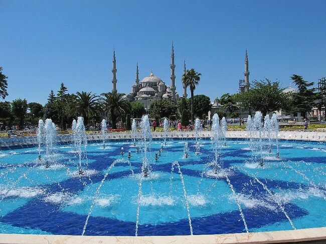 (写真はブルーモスク)<br /><br />トルコ、イスタンブールにやってきました。 久しぶりに訪れます。 <br />前回は8日間でトルコ一周という強行軍でしたので、今回は10泊ともここイスタンブールのみに滞在し、ボスポラスの生活をエンジョイします。 いまとても心地よい風が海を渡って吹いてきています。<br /><br />トルコは和歌山沖のエルトゥールル号沈没の時やイラク革命の際、互いに助けあった非常に親日的な国として知られています。<br /><br /> ・飛んで飛んで飛んで湧く沸くイスタンブール  <飛びます飛びます><br /><br /> ・長距離便外見たいのに映画館      <アウトドア派><br /><br />※以下1TL(トルコリラ)=50円換算、時差は短針がちょうど反対?6時間、