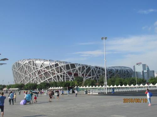 北京のオリンピック公園は端から端までは4km有るそうです。その中に「鳥の巣」競技会場、競泳会場 の「水立方」他18棟の建物が残っています。「鳥の巣」競技場は建設に4億7100万ドル(約337億円)がかかっており、この費用を払い終わるまで30年かかる上、9万1000席ある鳥の巣の昨年の年間維持費は約1100万ドル(約11億円)。50元の入場料だけではとても賄い切れません。日本の様に野球、サッカー、ライブショウなど活用方が無いのでしょうか?建てる前にオリンピック終了後どうするのか考えなかったのでしょうか?日本も同じ轍を踏まないように希望します。<br />