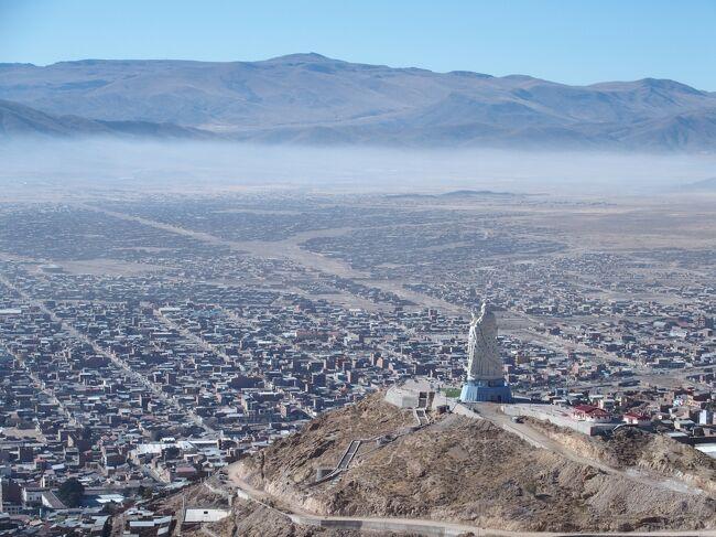 イキケ~ラパスへ飛行機で移動しましたが素晴らしい眺めでした。ボリビア到着後はカーニバルで有名なオルロを訪問しました。