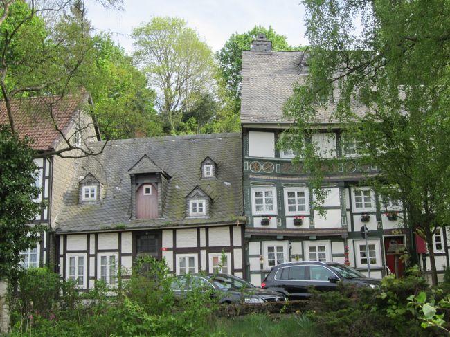 ゴスラー。ただ行きたかっただけの町が大好きになりました。<br />他の町とは違ってグレーのスレート葺の家が多く、この町を一種独特に<br />そして落ち着きのある町にしていました。<br />ランメルスの銀鉱の採掘に伴い発展し1500年ごろ最も栄え、木組みの家は豪華に装飾されるようになり、旧市街の家の大部分は1850年以前にできたそうです。<br /><br />2日目は前日と同じ場所とまだ歩いていない南側方面を歩いてみました。<br /><br />後でゴスラーを調べると行ってなかった場所とか、わからなかった<br />建物とかありました。いかに下調べをしてなかったか!…反省(-_-;)<br /><br />が自分なりに歩けたゴスラーの町。<br />写真も多くなったけど楽しい町歩きになりました。<br /><br />ホテルには少しがっかりしましたが…<br /><br /> 5月7日 フィンエアでハンブルグ着<br /> 5月8日 ハンブルグアルトナ~シュターデ~ハノファー(泊)<br /> 5月9日 ツェレ~ヒルデスハイム~ハノファー(泊)<br />★5月10日 ハノファー~ハーメルン~ゴスラー(泊)<br />★5月11日 ヴェロニゲローデ~ゴスラー(泊)<br /> 5月12日 ゴスラー~フリッツラー~カッセルウイルヘムスヘーエ(泊)<br /> 5月13日 メルズンゲン~ハンミュンデン~カッセルウイルヘムスヘーエ(泊)<br /> 5月14日 カッセルウイルヘムスヘーエ~マールブルグ(泊)<br /> 5月15日 アルスフェルト~ノイシュタット(ヘッセン)~マールブルグ(泊)<br /> 5月16日 マールブルグ~ジーゲン~フロイデンベルグ(泊)<br /> 5月17日 フロイデンベルグ~フランクフルトで妹の墓参り(夜便のJAL)<br /> 5月18日 帰国<br />