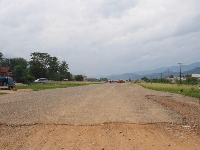 ラオス、バンビエンの13号線沿いのラオス内戦時代の旧米軍滑走路の平和な風景。