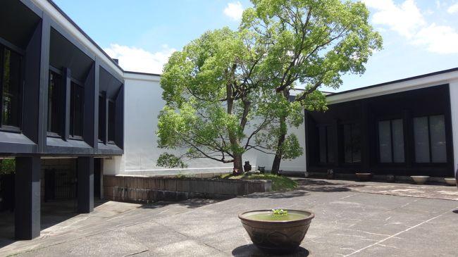 日本庭園を出て、大阪日本民芸館で開催中の、春季特別展「絣の美―模様の世界―」をゴンママが観に行きました。<br /><br />ワシは、売店と中庭で休憩していました。<br /><br />写真は、民芸館の中庭。