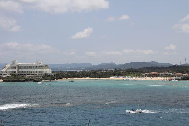 ブセナ海中公園の海中展望塔で魚を見ました。<br />そのあと、<br /><br /><br />===旅行の概要===<br />2015年のGWは沖縄に行ってきました。<br /><br />5/1 午後休を取って15:50羽田発の飛行機で沖縄へ。沖縄在住の友達と20年ぶりの再会&ディナー<br />5/2 レンタカーで本島北部へ。美ら海水族館へ<br />5/3 レンタカーで今帰仁城跡、古宇利島、屋我地島をドライブ<br />5/4 レンタカーでブセナ海中公園、道の駅嘉手納、北谷を見て、那覇市へ。ホテルにチェックイン後、首里城見学。夜は国際通りで沖縄歌謡を聞きながらご飯をいただきました。<br />5/5 世界文化遺産 斎場御嶽(せーふぁうたき)、知念岬、沖縄平和祈念堂、沖縄県平和祈念資料館、ひめゆりの塔を見学。<br />5/6 午後の便で石垣島へ<br />5/7 8:30の船で波照間島へ。波照間島をレンタカーで観光。13:10の船で石垣島へ戻る。石垣港近くで八重山そばをいただいて、川平湾へドライブ。<br />5/8 石垣島一周ドライブ<br />5/9 11:10の飛行機で那覇へ。乗り換え時間に国際通りを散策。16:45の飛行機で東京へ帰京。