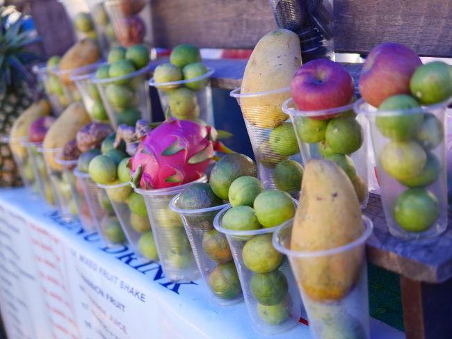ルアンプラバーンの夜は夜市の旅行者通り、でいろんな種類のフルーツを数種類いれたカップを並べた屋台がたくさん並んでいた。<br /><br />なんだこれは?<br />ビエンチャンやバンビエンでは見かけなかった屋台だった。