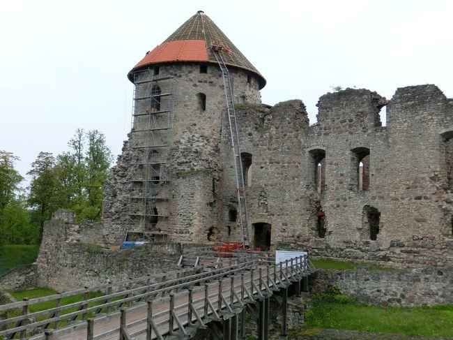 ツェースイス城址<br /><br />ツェースイス(ラトビア)<br />ラトビアでは、リーガに次いで古い町。<br />リヴォニア騎士団はここに本拠地を置いた時期があった。<br />城を中心に町は発展し、ハンザ同盟にも加盟していた。<br /><br />5日目 5/25(月)<br /> ・「アーライシ湖」から「ツェースイス」に移動。<br /> ・「アーライシ湖」から、約7km<br /> ・「ツエースイス」には、18時着<br /> ・チェックイン後、約1時間町を散歩する<br />6日目 5/26(火)<br /> ・朝、9時ころからツェースイス城址に出掛けるが、開門が10時のため<br />  城の外周および町を回って、10時過ぎ城址に入る。<br /> ・ガイド本によると、ランタンの貸し出しがあり、それを持って<br />  塔に上るとあったが、塔が修理工事中のため、それは出来なかった。<br /> ・子供たちの団体が居て賑やかだった。<br /> ・11:30には、ホテルをチェックアウトして、リーガに向かった。<br /><br /> 旅行全般については、総集編をご覧ください。<br /> 総集編 http://4travel.jp/travelogue/11021564