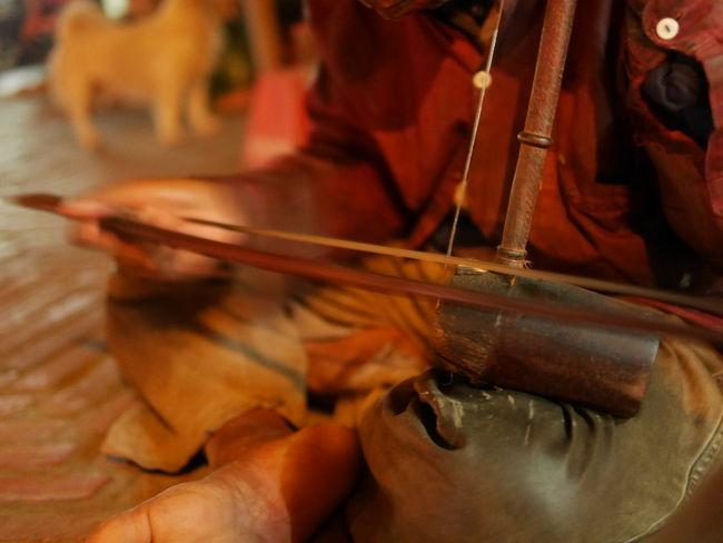 ラオス、ルアンプラバーンの夜市に響くおじいちゃんの二胡の旋律。