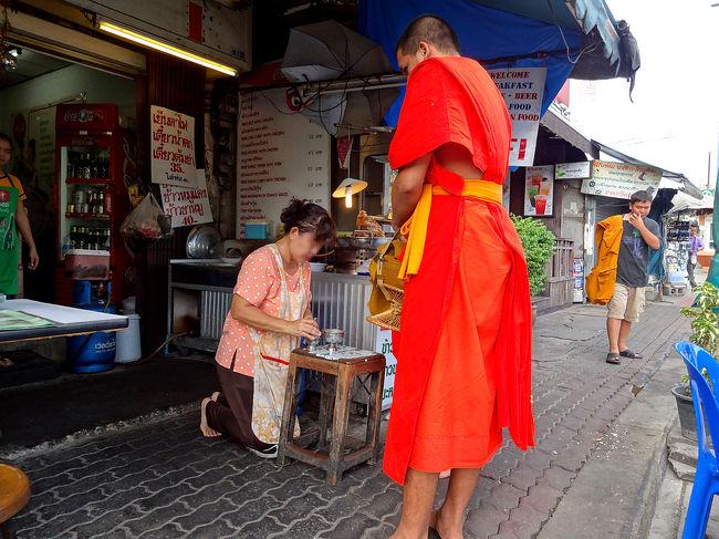 タイの3つの島を巡ってきて、最後はタオ島のバンガローで原始生活(またまた大袈裟な)を体験しあと、船と列車を乗り継いで、眠らない街バンコクに戻ってきました。<br /><br />6月下旬になって少しは暑さが弱まったような気はしますが、それでもちょっと歩けば汗が出る。<br />文明の利器、エアコン冷房がまことにありがたい。<br /><br />しかし相変わらず観光しようという気は起こらず、帰国までの4日間のたいくつに身を任せました。<br /><br />軟弱な私は、やはりバンコクは乾季の時期でないとだめだなと悟りました。