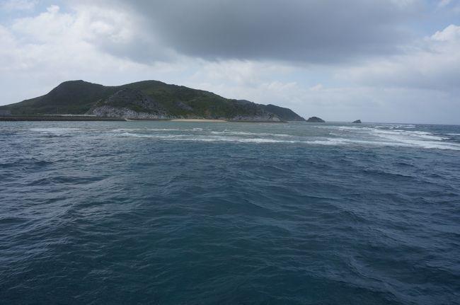 抽選で、渡名喜島往復乗船券があたり、出かけることにしました。普段でしたら、朝一番の船は那覇出発後、渡名喜島を経由し久米島へ行き、帰りは久米島から直行。そのため、金曜日以外は、日帰りはできないのですが、たまたま、フェリーがドック入りしていて、行きも帰りも渡名喜島を経由してくれるので日帰りできました。渡名喜島は一周12.5km、それでいて山もあり、高台からの見晴らしも最高です。レンタカーを借りたら、島一周は30分。いろいろ見て回っても2時間程度です。人が住んでいる場所は、港から東側に800m、南北に200mの範囲内です。レンタカーでは、住宅地には入れません。(道幅がとても狭くてこすりそうです)エコカーを宣伝していましたが、今はもう動かないそうです。南の山にある展望台からは入砂島も見られます。北の山は、歩く距離が長く(30分程度)断念しました。島尻遊歩道は、高低差なくお勧めですが、日影がありません。里御嶽と遺跡は、意外と歩きます。大きめのタオルを持参で!階段が少ないので、固めの靴を履くことをお勧めします。決して島草履で登らないこと!!