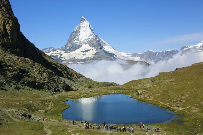 仕事の関係でなかなか長い連休がとれない夫。一方4トラでスイスに行かれた方々の旅行記を見てはスイスへの想いをつのらせていた私。昨年、夢が叶ってお盆休みに8日間のスイス旅行に行くことができました。<br />期待以上の雄大な景色に時に圧倒され、時に癒され、写真も山のように撮ったのですが行っただけですっかり満足してしまい、旅行記作成が手つかずになっていました。1年越しの旅行記ですが、スイスの素晴らしさを少しでもご紹介できればと思います。<br /><br /><8/9>  成田→チューリッヒ (LX0161)<br />              チューリッヒ→サンモリッツ (バス)  <br />       サンモリッツ泊<br /><br /><br /><8/10> ベルニナ鉄道の旅 <br />       サンモリッツ泊<br /><br /><8/11> 氷河特急の旅 (サンモリッツ→ツェルマット)<br />       ツェルマット泊<br /><br /><8/12> マッターホルン観光<br />       ツェルマット泊<br /><br /><8/13> シャモニー、ベルン観光<br />        グリンデルワルト泊<br /><br /><8/14> ユウグフラウヨッホ観光<br />        グリンデルワルト泊 <br /><br /><8/15> グリンデルワルト→チューリッヒ (バス)<br />        チューリッヒ→成田 (LX0160) <br />