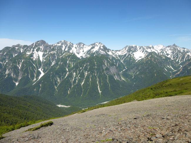 週末の天気が良さそうだったので、1泊2日で北アルプスの常念山脈を縦走登山してきました。常念山脈は、槍・穂高連峰の東側に並行して稜線が延びているため、槍・穂高連峰を間近に望めるほか、乗鞍岳や立山連峰まで見渡せる北アルプスの大パノラマを楽しむことができました。<br />2泊3日が標準的なロングコースのため、1日目は約11時間も歩くなど、(体力的に)今までで最もハードな登山となりました。技術的には初心者でも歩ける道だと思います。<br /><br /><行程><br />→上高地5:15(バス)<br />上高地5:20→徳沢6:40→9:11蝶ヶ岳9:20→12:25常念岳12:34→16:19大天荘(泊)5:59→6:05大天井岳6:16→8:53燕岳9:11→11:22中房温泉(徒歩)<br />中房温泉12:35→穂高駅13:30(バス)<br />
