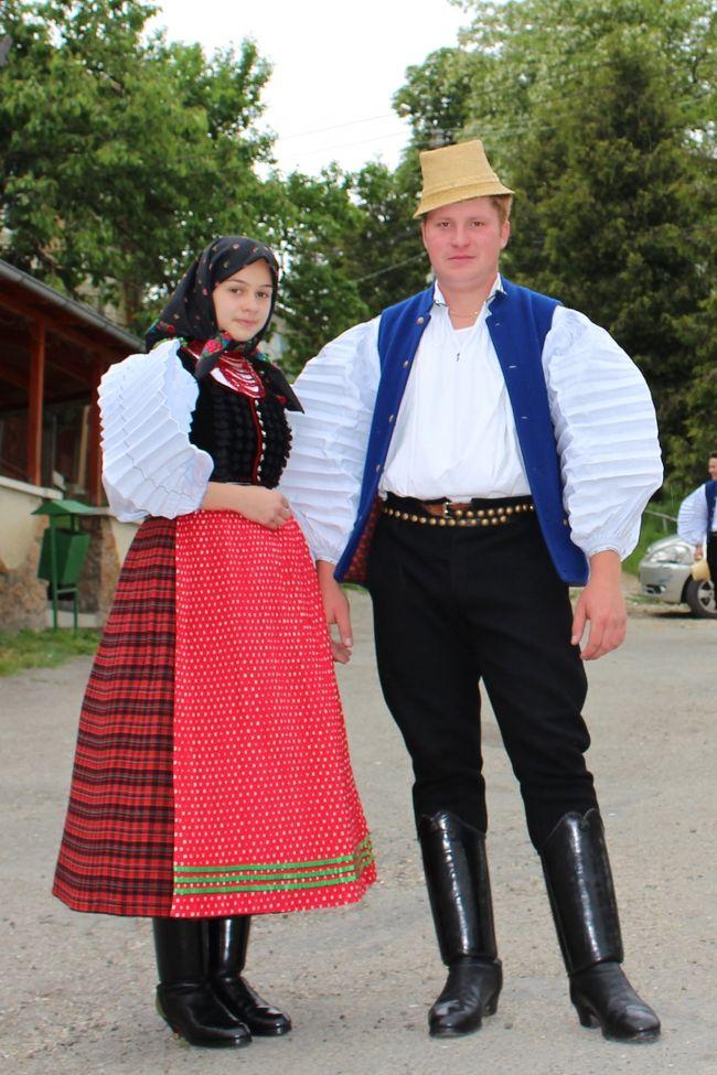 2015年5月23日(土)<br />ハンガリー人村のシク村2日目。 午前中はミシェル氏が宿附属ターンツハーズ(踊りの家)やハンガリー舞踏博物館を案内。 午後は22年振りにシク村散策、見晴らしの良い丘に登り、村を一望。 乗せてくれた車は牧羊場とチーズ小屋に向かい、自家製チーズをご馳走になった。<br />1L ≒ \30