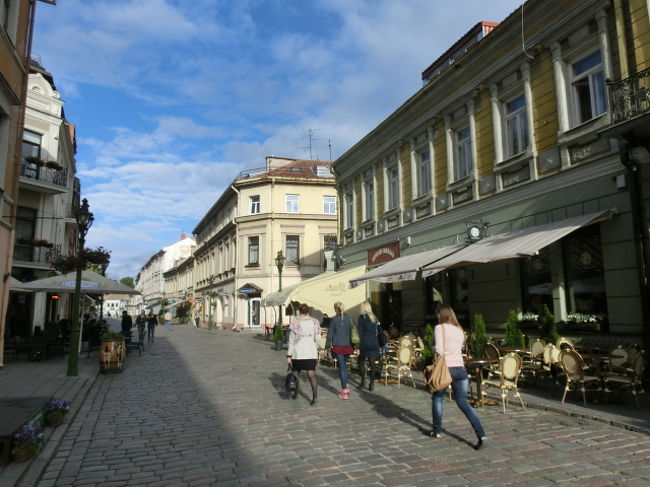 リトアニアは人口300万人ほどの小国。<br />目的地がラトビアのリガだったので、その通過国という感じ。<br />首都のビリニュスはベラルーシ寄りの奥まったところにあるので、カウナスという街による。<br />リガに行く途中の街といえばここぐらいしかなく、休憩に寄った。<br /><br />中心部の商店街はヨーロッパではよく見るような雰囲気であるが、やっぱりのどか。<br />商店でパンと飲み物とキーホルダーを買った。