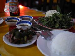 ラオス、ビエンチャン。カラオケのある大衆BBQ食堂で夕食。ラオス人ウォッチング。
