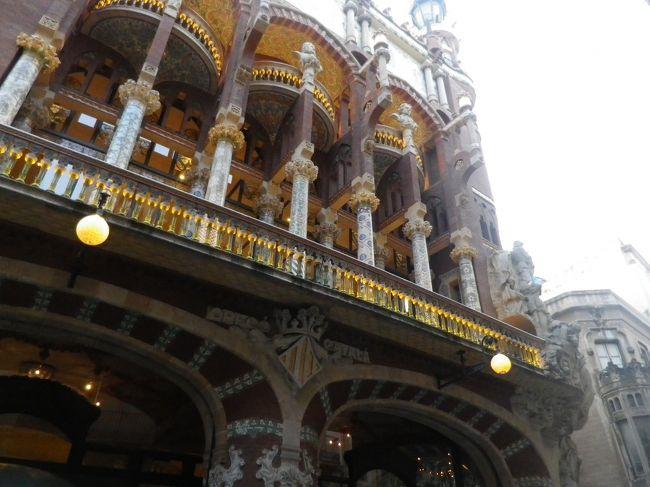 「有名観光地に行こう」「食べ物が美味しい場所に行こう」と、いうわけで、友人Mとバルセロナに行ってきた。<br /><br />1日目:22時成田発(カタール航空)、機内泊<br />2日目:深夜ドーハ着/朝ドーハ発(カタール航空)14時頃バルセロナ空港着、バルセロナ観光(グエル邸、カテドラル、カタルーニャ音楽堂)、バルセロナ泊