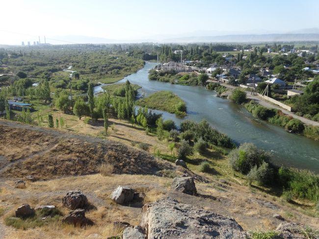 「タラス河畔古戦場」は「751年(奈良時代)」に「中央アジアの覇権」を巡って「唐(高仙芝)」と「アッバース朝(ズィヤード)」の間で行われた「タラス河畔の戦いの舞台」となった「古戦場」です。「遊牧民カルルク」が「アッバース朝軍」に「寝返った」ため「唐側の被害は甚大」となり「唐」が「大敗」しました。「中国人の捕虜」の中に「製紙職人」がいたとされ「サマルカンド」に「製紙工場」が開かれて「イスラム世界」に「製紙法」が伝わりました(ウィキ)。