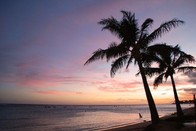 オアフ島初日のサンセットはアラモアナビーチパークで見たい!<br />サンセットに合わせてその前の予定を組んだと<br />言っても過言ではないのですが<br />途中あまりの暑さに急遽シェイヴアイスを挟んだ所、<br />ビーチ到着が日没ギリギリとなってしまいました・・・。<br />その後はアラモアナSCのEggs&#39;n Thingsでハワイ最初の晩餐です。