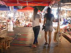 ラオス、ルアンプラバンのカラフルお土産いっぱい夜市プラプラ散歩散歩。