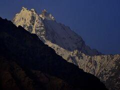 パミール高原縦断 山と花と人と 4ヤン村からランガールへ、ヤン村の朝の風景、アフガニスタンの高峰など