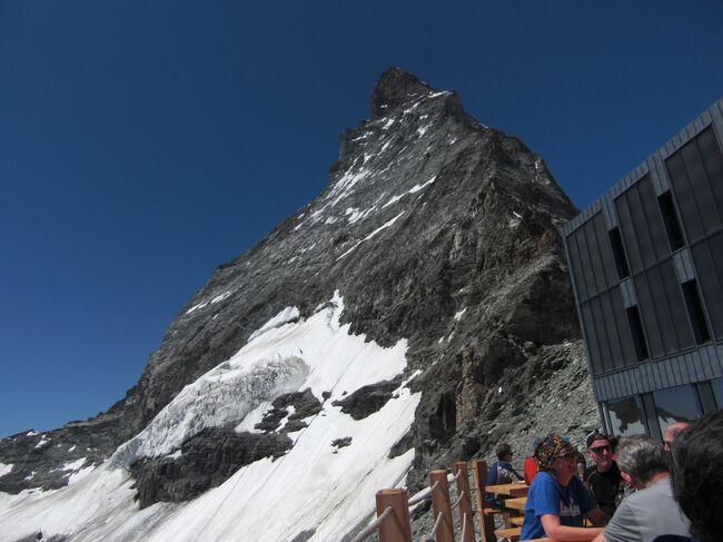 2015年7月1日、改築の為クロ−ズされていたマッタ−ホルンに登頂する為のヘルンリ小屋がオ−プンしました。<br />2009年に続く2度目のヘルンリ小屋へのハイキング、以前の小屋とは大変身、テラスはレストランと化し小屋はペンションのように綺麗で<br />山小屋という雰囲気は全く感じさせませんでした。<br />シュヴァルツゼ−からヘルンリ小屋へのトレイルも途中2個所で道路を造る為の大工事中、トレイルの中間点にあるテォドゥル氷河が見渡せる丘に建つ石小屋の回りも崩し、自然が壊されていくような感じで残念でした。