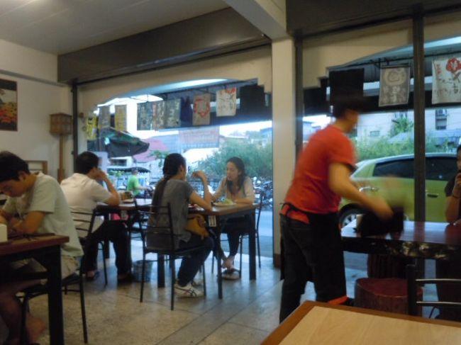 チェンマイ には多くの日本料理店がある。<br />大型ショッピングセンターには必ずと言っていいほど日本料理店がある。<br />今、タイ人は、日本料理を食べるのが、おしゃれなのである。<br /><br />
