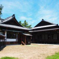 中島知久平邸の立派な邸宅と、広い庭に大きな木とベンチ/群馬・太田