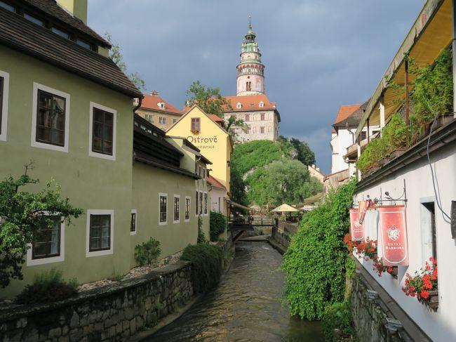 10日目はオーストリアを後にし、5カ国目のチェコへと移動。<br /><br />世界で最も美しい街のひとつとも言われ、チェコでもプラハに次ぐ人気観光地のチェスキー・クルムロフを訪れます。<br /><br />チェスキー・クルムロフの街に着くと思わぬサプライズが・・・<br /><br />いったい何が起こったというのか?