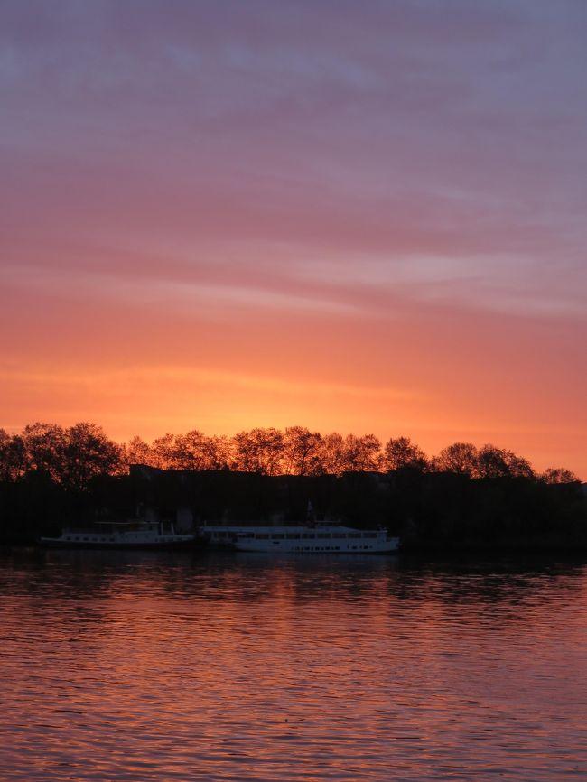 表紙の写真・ワイン色のガロンヌ川の夜明け・・・。ボルドーらしい夜明け色ですね!<br /><br />2015・4・14(火)~15日<br />月の港ボルドー・・この呼び名は、市の中央を流れるガロン川に沿って<br />街が三日月形に湾曲している事に由来するそうです。。。<br />2007年に「月の港ボルドー」が世界遺産に登録されました。<br /><br />理由・・18世紀に行われた大々的な都市計画の産物の新古典主義の建築群の<br />保存状態が良かったと言われるし、サンティアゴ・デ・コンスポステーラの<br />巡礼路の一部としても、登録されています。<br /><br /><br />サンテミリオン散策を大満足で終えて、もう腑抜け状態(笑)<br />サンテミリオン17:17~ボルドー17:55着<br />ホテルに購入したワインを置いて、窓を覗いてみたら、まだ凄く明るいんです。<br />少し、市内見学に行こうかな~と、ホテル前のトラムで出かけましたが、腑抜け状態で出掛けたので、とんでもない事に(笑)<br /><br />結果は現地の方々を巻き込んで、大笑いで終わりました~~(^^)<br />又々、旅のハプニングですが、旅の楽しさを満喫・・<br /><br />15日はアルカッションに砂浜を見に行く予定でしたが、この夜でエネルギーを使い果たした(爆)ボルドーで半日ブラブラしてしまいました(^^)<br /><br />ただ、ボルドーって有名なのに、観光本の市内説明も少ない。わざわざ<br />観光にいくのではなくて、ワインのみを求めていく感じなのかしらね~~<br /><br />ガロンヌ川沿いの立派な建物も、利用を持て余し気味の雰囲気で、一部分は無残な感じで近づきがたい感じでした(あくまでもトラムから見た感じ)<br /><br />今回は疲れて、ボルドーの魅力を堪能出来ませんでした。<br />この旅行記はある意味、未完だろうと思う。<br />たった、1日でボルドーを語れるなって思ってはいませんでしたが、<br />もっと、伝えられたら良かったと不満が残りました。<br /><br /><br />ボルドー・<br /><br />3世紀に「小さなローマ」と呼ばれローマ帝国ガリア領の都市として繁栄。<br />中世にはイギリスを主要輸出国として、ワイン貿易で発展。<br />そして、18世紀に有名建築家たちによって、大規模な市街改造が行われた<br />ボルドーの豊穣はイギリス人によってもたらせられた。と、歴史家は<br />書き残しているそうです。(市販の観光本の説明文より)<br /><br /><br /><br /><br />