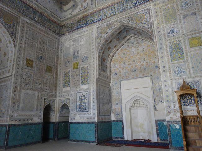 「ドルッティロヴァット建築群」は「サマルカンドの南約80km」に位置する「中央アジアにおける主要都市」であった「ティムールが誕生した場所」の「シャフリサブス」にある「15世紀のティムール朝時代に建築された建物」です。<br /><br />「瞑想の家」を意味する「ドルッテイロヴァット建築群」は「金曜モスク(1435年)」「グンヴァズイ・サイダーン廟」「シャムスッディーン・クラール廟」などで構成されています。<br /><br />「2000年」には「シャフリサブス歴史地区」として「世界遺産」に登録されています。