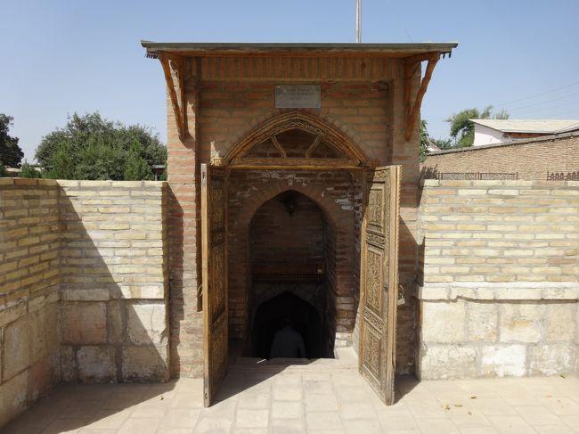 「ドルッサオダッド建築群」は「サマルカンドの南約80km」に位置する「中央アジアにおける主要都市」であった「ティムールが誕生した場所」の「シャフリサブス」にある「ティムール朝時代に建築された建物」です。<br /><br />「ドルッサオダット建築群」の一つに「1392年」に建立された「ジャハンギール廟(権力の霊廟)」があり「ティムールが最も寵愛した王子ジャハーンギール」が眠るっています。<br /><br />「2000年」には「シャフリサブス歴史地区」として「世界遺産」に登録されています。<br /><br />写真は「ティムール」が「生前」に用意させた「埋葬」されるはずだった「自身の墓(ティムールの墓)」です。
