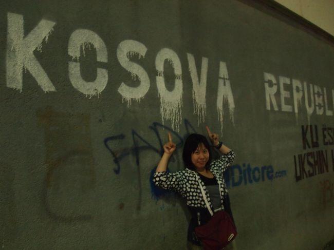 旧ユーゴスラヴィアに行こうと思ったのは、国として一番新しいコソボを見たいと思ったからでした。<br />コソボって紛争のイメージしかないんですが、2011年に南スーダンが独立するまでは2008年に独立したコソボが一番新しい国でした。もちろんヨーロッパじゃまだ一番新しい国ですよ。<br />国として発展途上なんてそそるじゃないか&#9829;&#65038;私の好奇心が刺激されます(^o^)/<br /><br />ちなみにコソボの独立をセルビアは認めておりません。<br />なので、セルビアからコソボへの入国はできるものの(セルビアからしたらコソボはセルビアの一部なので問題なく行ける)逆は難しいです。コソボを国として認めていないので、入出国がうまくいかないんです。もちろんうまくいった例もネットではいくつかみましたが、英語を日本語レベルで話せるわけではないので、何かあったとき、何かっていうかリジェクトされた時、自分ではどうしようもないなと思ったので、おとなしくセルビアから入国しました。<br /><br />先にも述べましたが、コソボって私の中で紛争のイメージしかありません。<br />でも実際行ってみると、国として発展しようとしているのがよくわかりました。正直なところプリシュティナに見どころはありません。<br />でも物価も安いし、人はものすごい親切だし、夜には子供も出歩いているくらい治安もいいし、住める!って思ったくらい。紛争のイメージなんてどこに行っちゃったの?<br />でもレストラン(っていうか食堂?)で若者に聞いたら、やっぱり紛争の事実はちゃんとあって、みんな受け止めてる。その上でこの国が国として発展するためにみんな一生懸命なんだ!コソボを好きになってほしい!って言われました。<br />もう大好きだよ!<br /><br />あっ、ちなみにマケドニアの宿で一緒だったアメリカ人には無事に会えました!よかったわー!