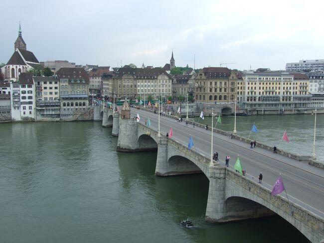 バーゼルはドイツとフランスとスイスの3国の国境が接する地点に位置し、市街地はライン川をまたぐ形で広がっている。<br /><br />1リューデスハイム リューデスハイム散策とライン川沿いの古城<br />2コッヘム     モーゼル川沿いとピースポートの白ワイン<br />3ルクセンブルク  ルクセンブルクの街と渓谷を散策<br />4コルマール    東フランスの古い家並みを残す村巡り<br />5ディジョン    ブルゴーニュ・ワインの中心都市 ディジョンの街を散策<br />6ボーヌ      ボーヌのオスピスとワイン博物館<br />7ローザンヌ    レマン湖とローザンヌ大聖堂<br />8シュピーツ    トーゥン湖をみおろす街<br />9ツェルマット   ゴルナグラードとグレーシャー・パラダイス<br />10インターラケン  ベルナーアルプスの入り口の町<br />11グリンデルワルト アイガーが迫る雄大であり、かつ、のどかな美しい町<br />12ユングフラウヨッホ アイガー、メンヒ、ユングラウ <br />13ラウンタブルネン トリンメルバッハの滝とシュタウプバッハの滝<br />14ベルン      ベルンの街並と時計塔<br />15バーゼル     ドイツとフランスとスイスの3国の国境の街<br />16ハイデルベルク  ハイデルベルク街を散策<br />17フランクフルト  フランクフルト街を散策<br />