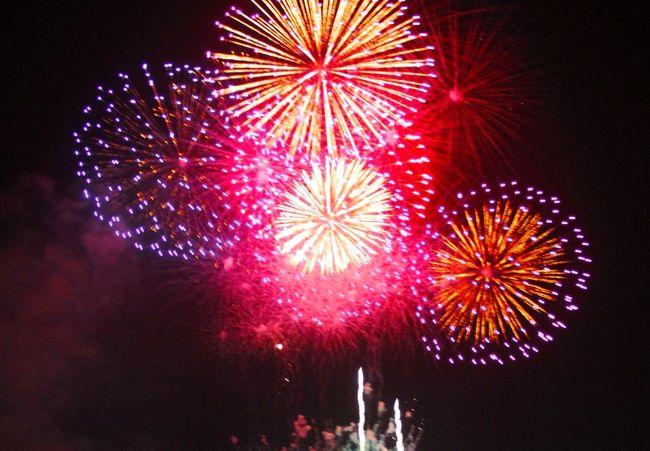 上田の花火大会は今年も盛大に行われた。昨年までは8,000発打ち上げられていたが、特に今年は来年初から始まるNHK大河ドラマ「真田丸」の放映が始まるのを記念し、9,000発が打ち上げられた。<br /> 当日は午後になって夕立があり、打ち上げが懸念されたが、打ち上げ開始1時間ほど前にはあがり青空も見えた。<br /> しかし、打ち上げ場所は千曲川の河川敷で、この上空には厚い雲が残り、打ち上げ当初は、硝煙がなかなか散らず、煙で開いた花火の色あいが今一つであった。<br /> 昨年は初めて有料特別席が売り出され、間近で見る花火に堪能したが、ほとんどの花火が頭上真上に開くため、写真枠に収まらなかったことと、燃え殻が落下して、写真撮影には不都合であった。<br /> 今回は3〜400m川の上流の橋の上から撮影したが、角度が悪かった。次回は打ち上げ河川敷の対岸に陣取りしようと考えている。